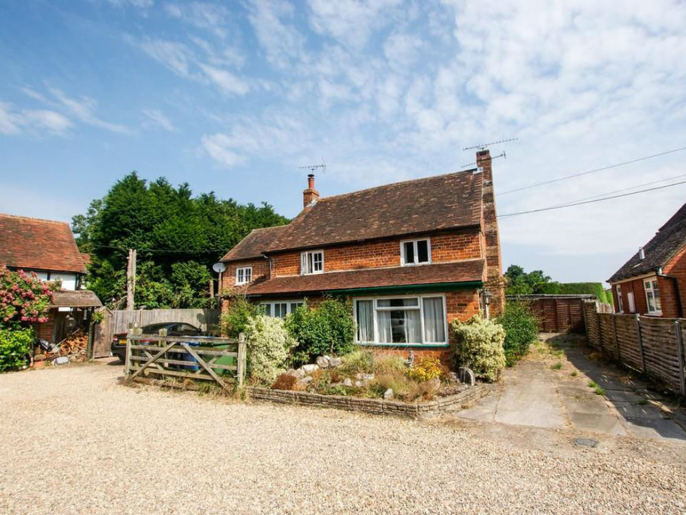 Attractive 2 bedroom semi-detached character cottage on a quarter acre plot